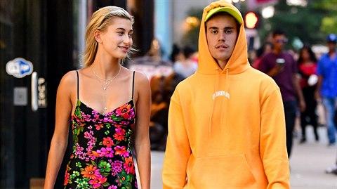 Všechny fanynky Justina Biebera hluboce zasáhla zpráva, že jejich miláček začal chodit se starou rachejtlí Demi Moore.