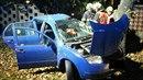Řidič v Sokolově narazil do stromu, z auta ho museli vyprostit hasiči.