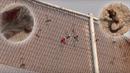 Migranti se ve španělské enklávě Melilla snažili zdolat plot kovovými háky....