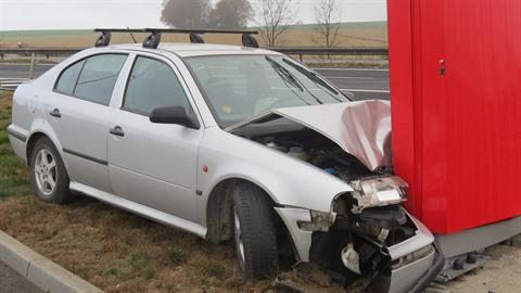 Opilý řidič se u benzinky zastavil až o reklamní poutač.