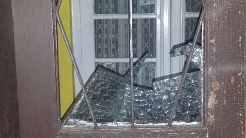 Do budovy spolku v Karviné se pachatel dostal přes rozbitou skleněnou výplň,...