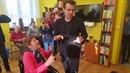 Paní Zdena měla z vozíku, který jí daroval Leoš Mareš coby Ježíškovo vnouče,...