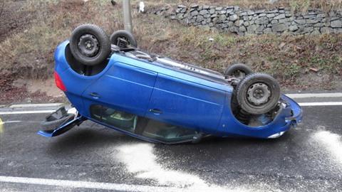 Řidička na Karlovarsku nedávala pozor na cestu, s autem se převrátila na...
