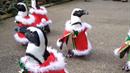 Tihle tučňáci jsou ozdobou vánočních svátků.