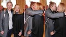 Tomáš Klus se na Dagmar Havlovou okamžitě vrhnul a zahrnul ji doteky.