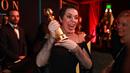 Zlatý glóbus pro nejlepší komičku dostala Olivia Colman za roli  královny Anny...