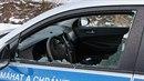 Na ulici Vrchlického v Hranicích přišel mladík k autu a do předního okna hodil...
