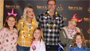 Tori Spelling s rodinou. Veřejnost její ratolesti kritizuje kvůli obezitě.