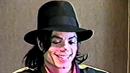 Jackson na nahrávce z roku 1996. Zpěvák se nepřirozeně směje, když se ho...