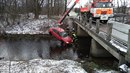 Kvůli autu, které spadlo z mostu do vodního přivaděče nádrže Žermanice, musel...