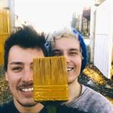 Matěj Stropnický s přítelem Danielem využili pěkného počasí k natření vrat u...