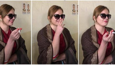 Tereza Hlůšková s cigaretou.
