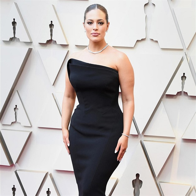 Ashley Graham vsadila na černou