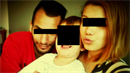 Na první pohled spokojená rodinka, ve skutečnosti Josef K. tříletého chlapečka...