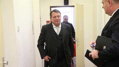 Jiří Paroubek odchází ze soudní síně.