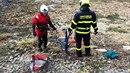 Hasiči z Nového Jičína zachránili ze zrádného bahna vypuštěné rekreační nádrže...