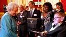 Stephen Hawking s Patriciou Dowdyovou při přijetí od britské královny Alžběty.
