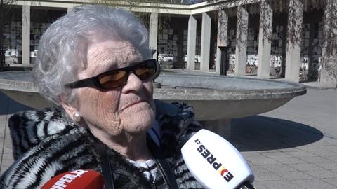 S Janouškovou se přišla rozloučit i její nevlastní sestra.