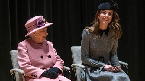 Rozesmátá královna Alžběta s kate Middleton na návštěvě univerzity King's...