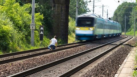 Jen za sobotu skončili pod vlakem 3 dospívající lidé.