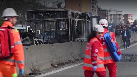 Senegalec zapálil autobus s 51 dětmi, prý mstil migranty.