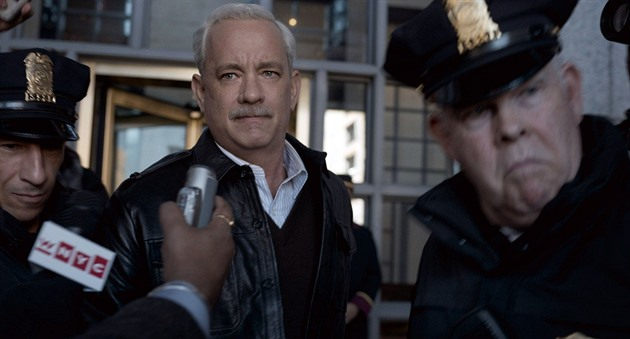 "Tom Hanks jako kapitán Chesley ""Sully"" Sullenberger."