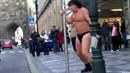 Video: Richard Genzer tančí v tangách na ulici