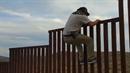 Chlápek ukazuje zásadní chybu v designu stěny u Mexika