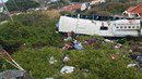 Těla cestujících ležela všude kolem autobusu.