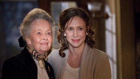 Lorraine Warren a herečka Vera Farmiga, která ji ve filmu V zajetí démonů...