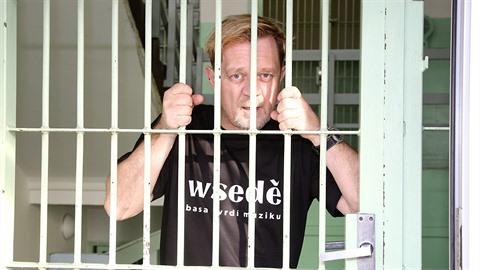 Petr Čtvrtníček sedí za mřížemi. Stal se z něj nový bubeník vězeňské kapely.