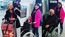 Nerozlučná trojka Dáda Patrasová, Jiří Krampol a Hana Krampolová na letišti