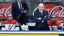 Trenér hokejistů Miloš Říha při zápasech často neudrží nervy. Jeho terčem jsou...