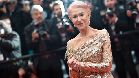 Herečka Helen Mirren umí stárnout i bez plastik. Na kráse jí to neubírá, naopak.