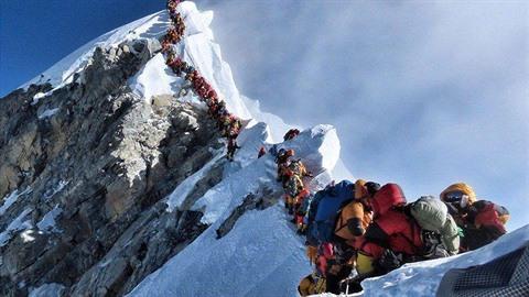 Horolezců je na nejvyšší hoře světa jako psů. Bohužel jich také stále více...