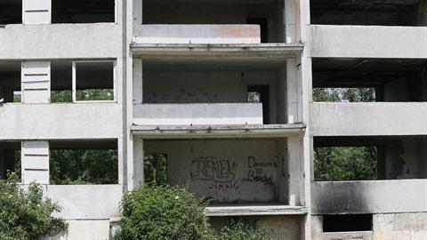 Pokud si obyvatelé Chanova chtějí sídliště opravit sami, čeká je dost práce...