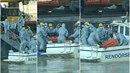 Vytahovaná těla z Dunaje padají na zem.