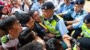 V Hongkongu došlo i k mnoha střetům s policií.