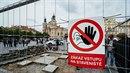 Tým lidí kolem Petra Váni odkryl na Staroměstském náměstí dlažební kostky v...