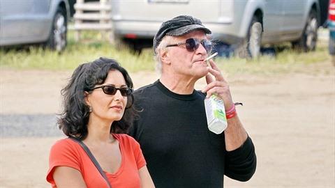 Michael Kocáb na demonstraci na Letné po boku sympatické dámy. Že znovu našel...