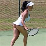 Příště by mohla hrát nahá.