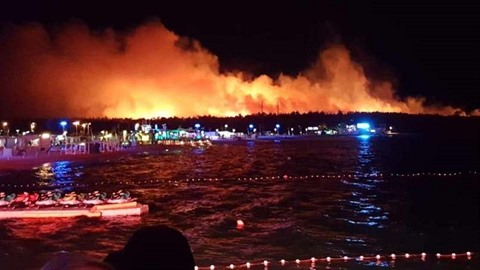 Okolí známé pláže na ostrově Pag zachvátil obří požár. Z místa musely hasiči...