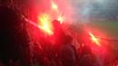 Fanoušci Slavie zasypali kotel Olomouce pyrotechnikou.