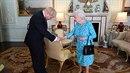 Boris Johnson se královně uctivě uklonil.