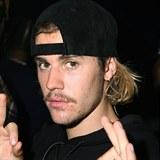 Justin se pochlubil novou ozdobou