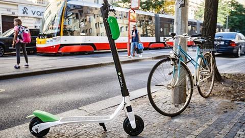 Koloběžky jsou v Praze velkým problémem. Navíc se ukazuje, že takovým...