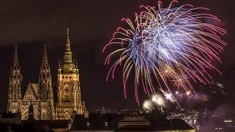 Tradiční novoroční ohňostroj byl událostí, na kterou se těšili Pražané i...