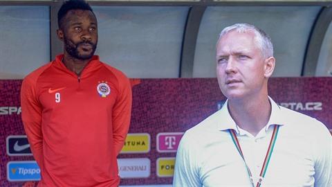 Rozporuplný je vztah mezi hvězdou Sparty Guélorem Kangou a trenérem Václavem...