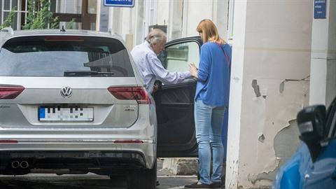 Co se děje s Karlem Gottem, že ho musela žena odvést rychle do nemocnice i s...