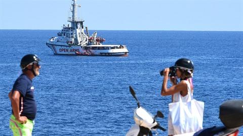 Loď Open Arms se 107 migranty na palubě odmítla nabídku Španělska na zakotvení...